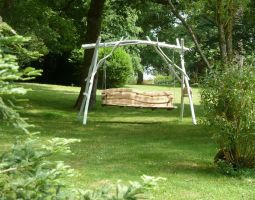 La balancelle de Jean-François Moreau qui permet de se reposer à l'ombre près du jardin anglais.