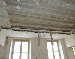 Plafond de la salle à manger en cours de nettoyage.